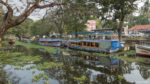 Le canal au centre d'Allepey, backwaters
